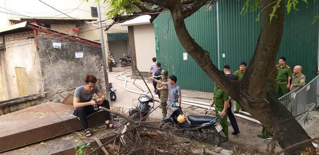 Hiện trường vụ cháy làm 8 người chết tại Hà Nội: Người mẹ gào khóc ngồi đợi nhận thi thể con trai-12