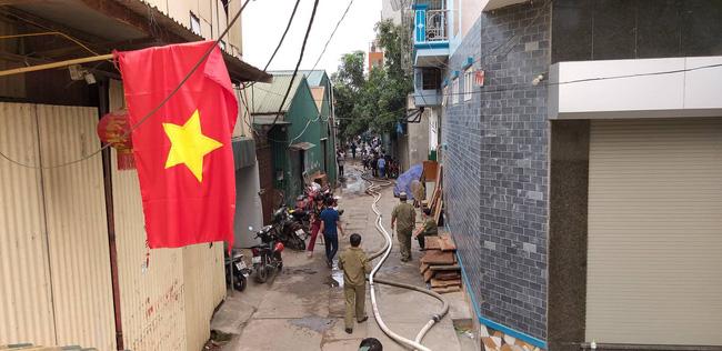Hiện trường vụ cháy làm 8 người chết tại Hà Nội: Người mẹ gào khóc ngồi đợi nhận thi thể con trai-13