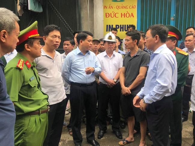 Hiện trường vụ cháy làm 8 người chết tại Hà Nội: Người mẹ gào khóc ngồi đợi nhận thi thể con trai-14