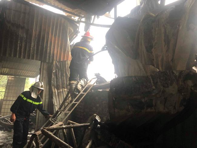 Hiện trường vụ cháy làm 8 người chết tại Hà Nội: Người mẹ gào khóc ngồi đợi nhận thi thể con trai-10