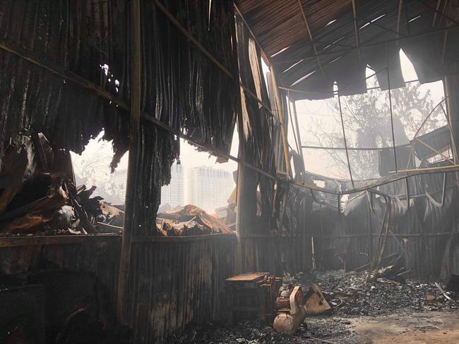 Hiện trường vụ cháy làm 8 người chết tại Hà Nội: Người mẹ gào khóc ngồi đợi nhận thi thể con trai-9