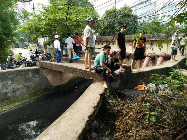 Hiện trường vụ cháy làm 8 người chết tại Hà Nội: Người mẹ gào khóc ngồi đợi nhận thi thể con trai-2