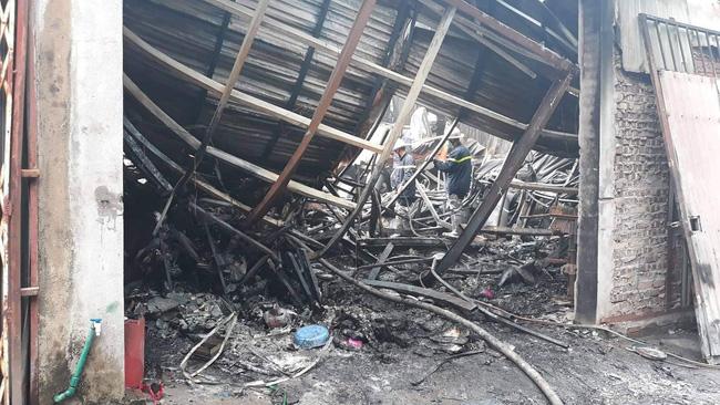 Hiện trường vụ cháy làm 8 người chết tại Hà Nội: Người mẹ gào khóc ngồi đợi nhận thi thể con trai-5