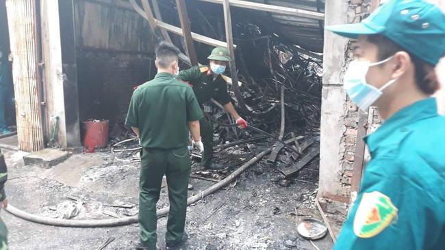 Hiện trường vụ cháy làm 8 người chết tại Hà Nội: Người mẹ gào khóc ngồi đợi nhận thi thể con trai-4