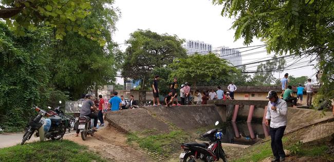 Hiện trường vụ cháy làm 8 người chết tại Hà Nội: Người mẹ gào khóc ngồi đợi nhận thi thể con trai-6