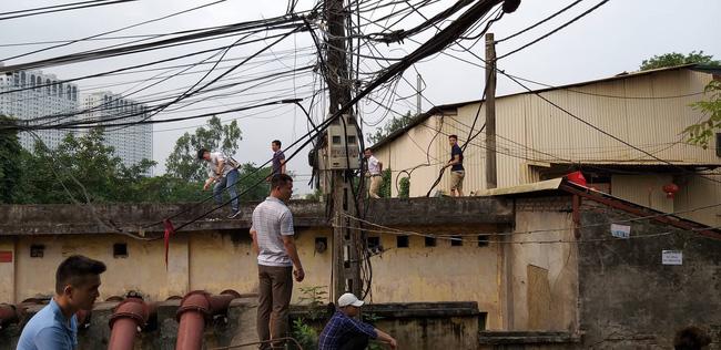Hiện trường vụ cháy làm 8 người chết tại Hà Nội: Người mẹ gào khóc ngồi đợi nhận thi thể con trai-8