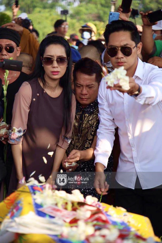 Hồng Vân, Thanh Bạch và dòng người hâm mộ xúc động đưa tiễn cố nghệ sĩ Anh Vũ về nơi an nghỉ-4