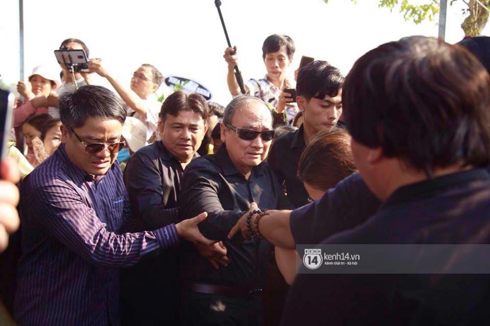 Hồng Vân, Thanh Bạch và dòng người hâm mộ xúc động đưa tiễn cố nghệ sĩ Anh Vũ về nơi an nghỉ-3