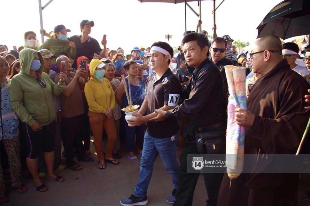 Hồng Vân, Thanh Bạch và dòng người hâm mộ xúc động đưa tiễn cố nghệ sĩ Anh Vũ về nơi an nghỉ-2