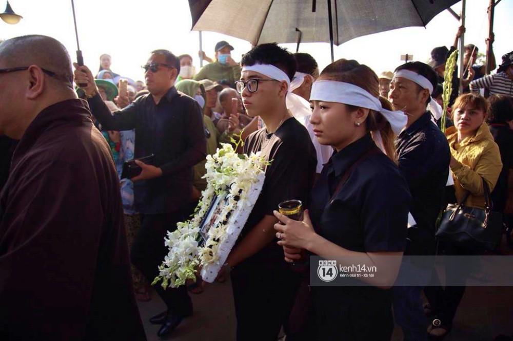 Hồng Vân, Thanh Bạch và dòng người hâm mộ xúc động đưa tiễn cố nghệ sĩ Anh Vũ về nơi an nghỉ-1