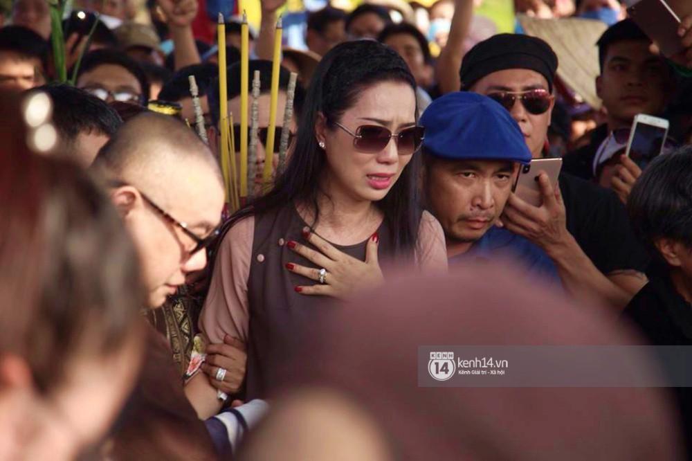 Hồng Vân, Thanh Bạch và dòng người hâm mộ xúc động đưa tiễn cố nghệ sĩ Anh Vũ về nơi an nghỉ-12