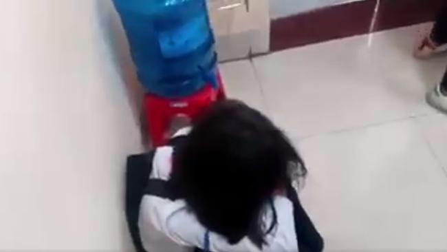 Lại thêm một nữ sinh cấp 2 bị bạn đánh, tát túi bụi ngay trong lớp học, bạn bè xung quanh hò reo cổ vũ ở Quảng Ninh-5