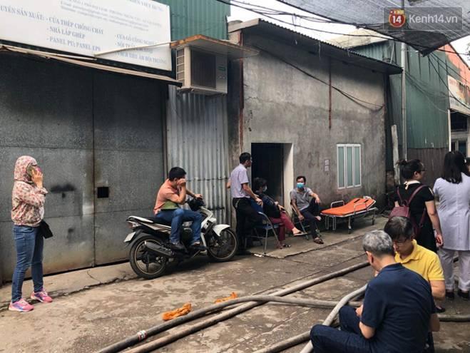 Người nhà nạn nhân đau đớn, khóc ngất tại hiện trường vụ hỏa hoạn khiến 8 người chết và mất tích-1
