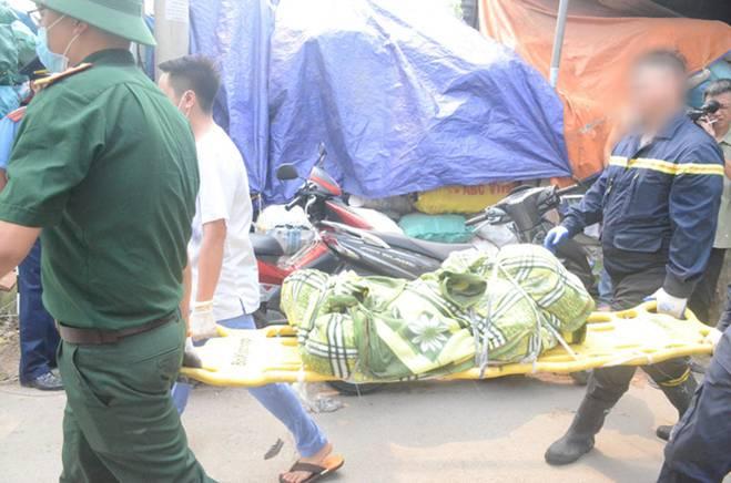 Người nhà nạn nhân đau đớn, khóc ngất tại hiện trường vụ hỏa hoạn khiến 8 người chết và mất tích-3