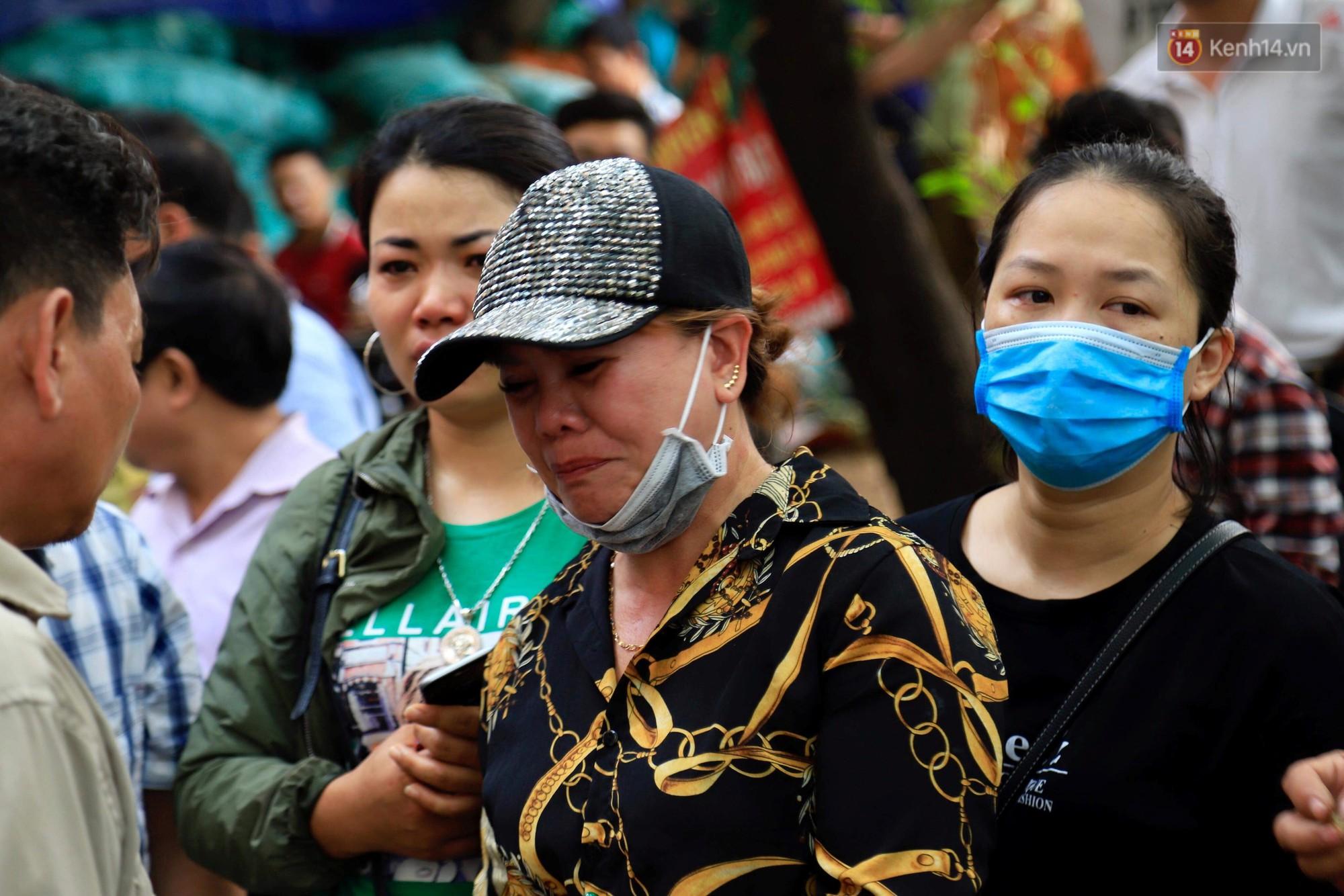 Người nhà nạn nhân đau đớn, khóc ngất tại hiện trường vụ hỏa hoạn khiến 8 người chết và mất tích-5