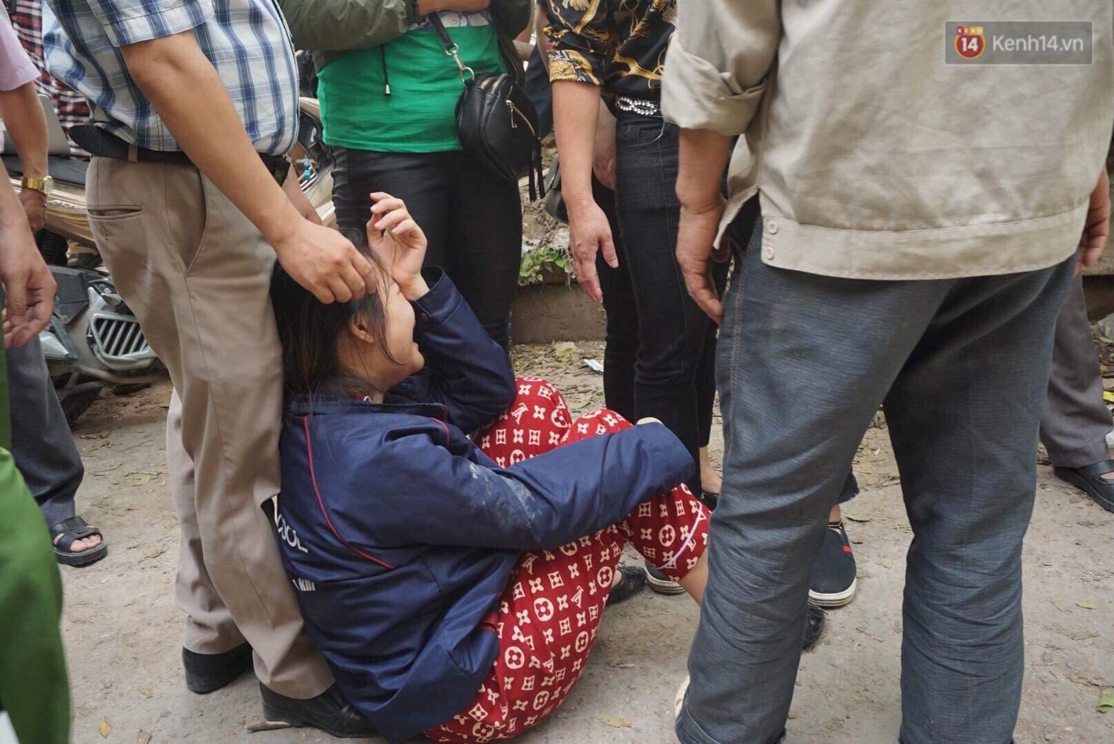 Người nhà nạn nhân đau đớn, khóc ngất tại hiện trường vụ hỏa hoạn khiến 8 người chết và mất tích-6