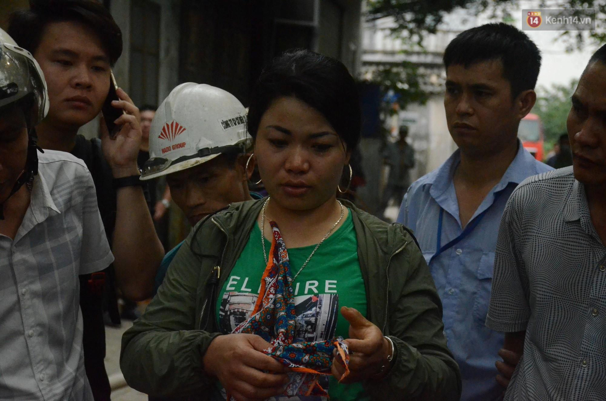 Người nhà nạn nhân đau đớn, khóc ngất tại hiện trường vụ hỏa hoạn khiến 8 người chết và mất tích-8