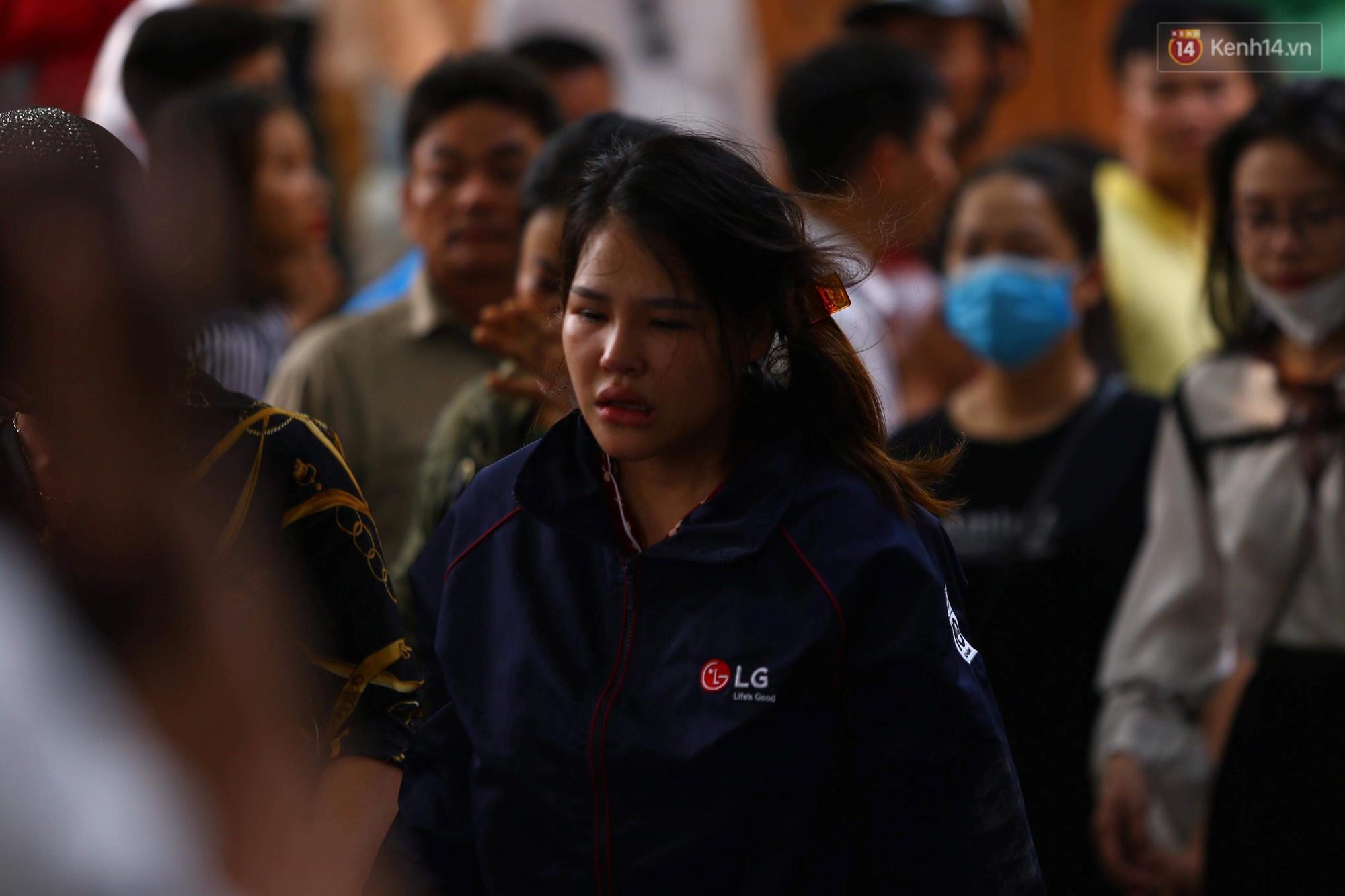 Người nhà nạn nhân đau đớn, khóc ngất tại hiện trường vụ hỏa hoạn khiến 8 người chết và mất tích-9
