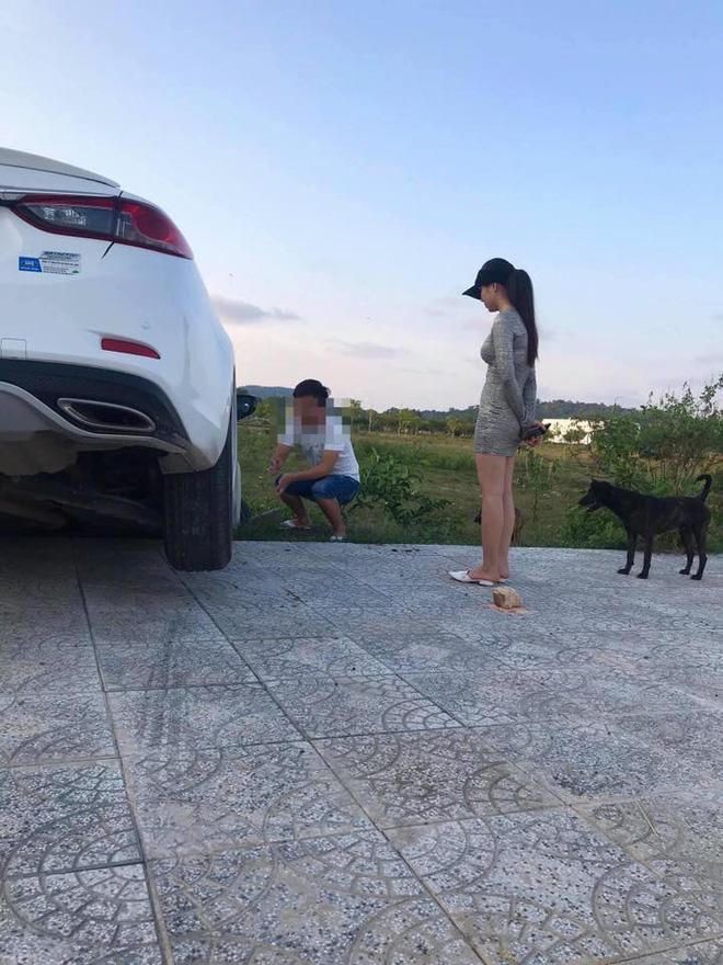 Xe hơi gặp tai nạn nhưng người ta chỉ quan tâm đến cô gái đứng bên vì ngoại hình nổi bật-2