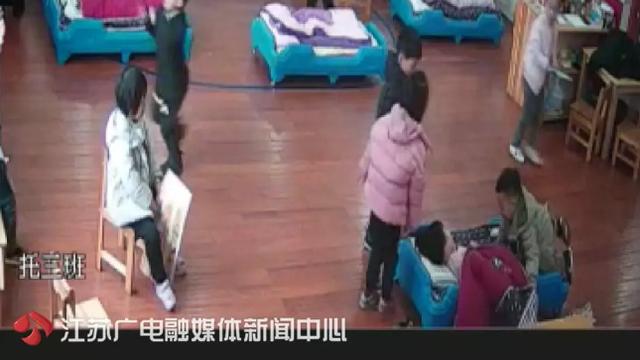 Bé gái 3 tuổi bị giáo viên mầm non trùm chăn lắc mạnh-2
