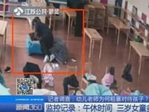 Bé gái 3 tuổi bị giáo viên mầm non trùm chăn lắc mạnh