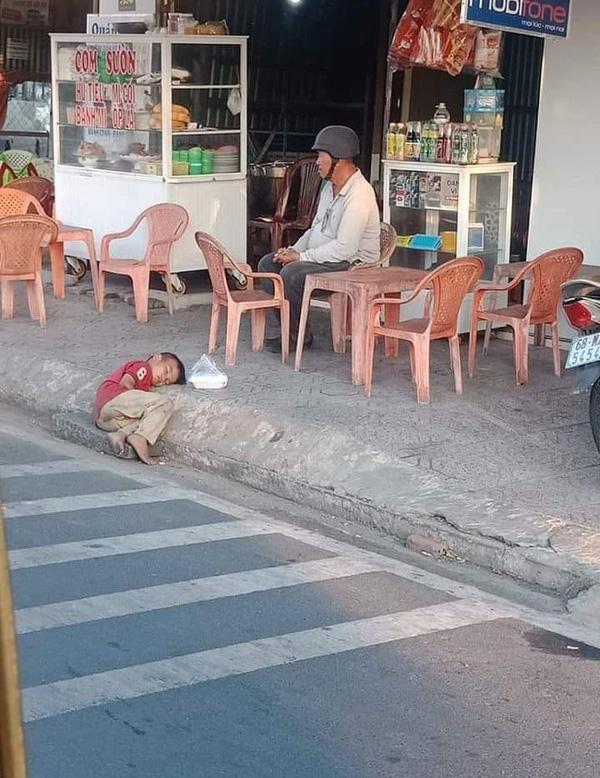 Hình ảnh cậu bé vô gia cư nhỏ tuổi say ngủ như hạt cát bên đường khiến MXH trăn trở-1