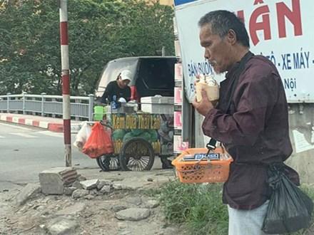Xúc động câu chuyện cụ ông bán kẹo cao su giữa trời nắng bất ngờ nhận được món quà