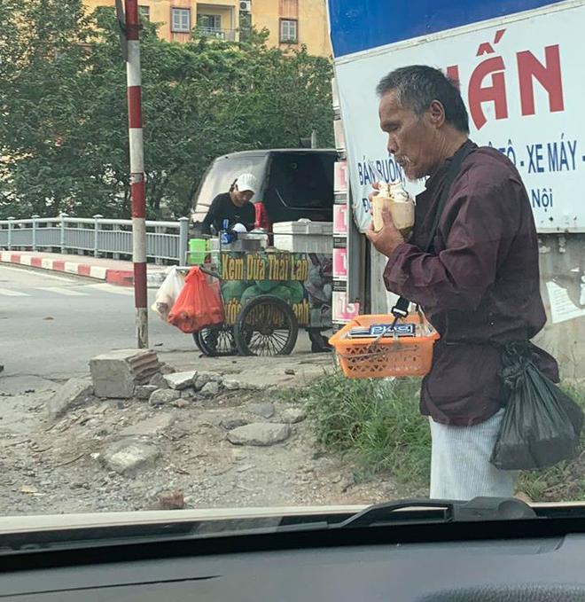 Xúc động câu chuyện cụ ông bán kẹo cao su giữa trời nắng bất ngờ nhận được món quà mát lạnh từ cậu bán kem-2