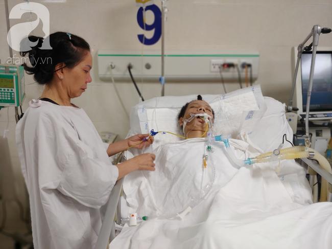 Con trai chạy Grab bị xe tông liệt nửa người, mẹ cạn tiền, nuốt nước mắt nhìn con nguy kịch-4