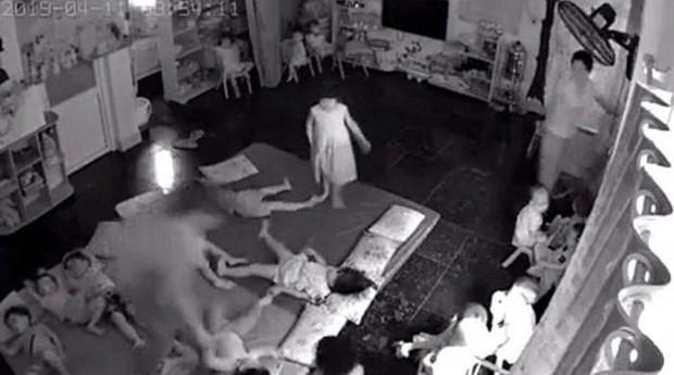Quảng Ninh: Clip 2 cô giáo nghi bạo hành, quăng các cháu mầm non như đồ chơi lúc ngủ trưa vì quấy khóc-1