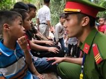 Nhiều trẻ nhỏ lạc cha mẹ, hoảng sợ giữa biển người đổ về Lễ hội Đền Hùng