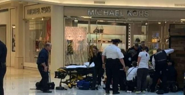 Đưa con đi trung tâm thương mại, bất ngờ người lạ mặt lao đến ném đứa trẻ từ tầng 3 xuống đất trong sự ngỡ ngàng của người mẹ-2