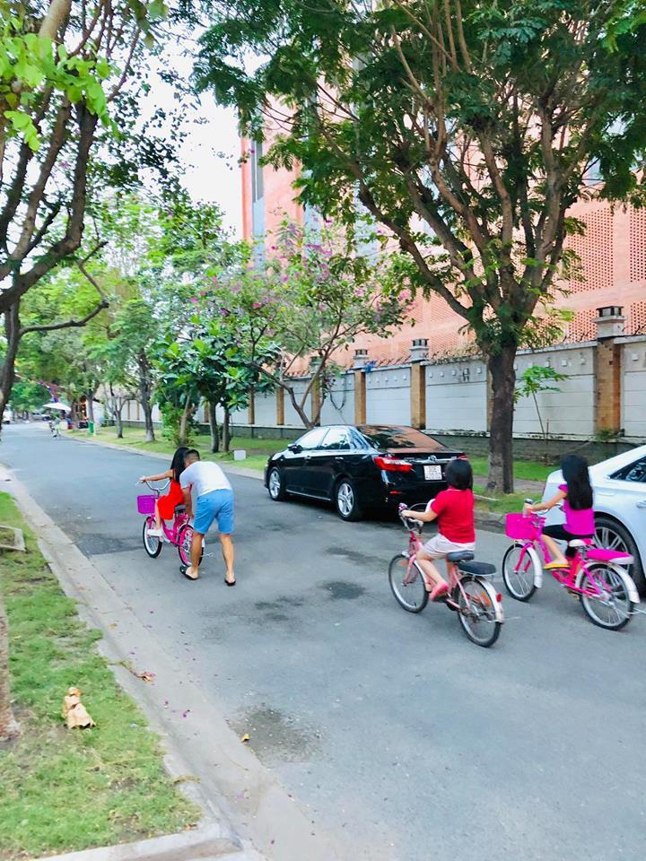 Công Vinh xay nước mía tại nhà, tập xe đạp cho bé Gạo: Ông bố Vbiz đảm đang, thương con hết mực là đây!-4