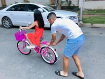 Công Vinh xay nước mía tại nhà, tập xe đạp cho bé Gạo: Ông bố Vbiz đảm đang, thương con hết mực là đây!