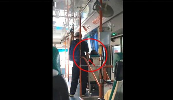 Đứng sát cạnh cô gái đang ngủ say trên xe buýt, chàng trai làm điều không ai ngờ-1