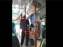 Đứng sát cạnh cô gái đang ngủ say trên xe buýt, chàng trai làm điều không ai ngờ