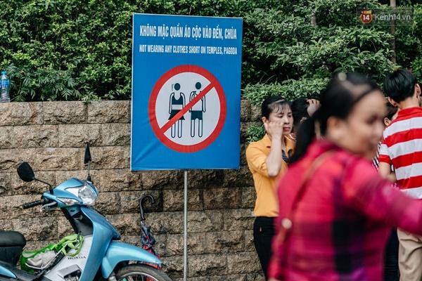 Bất chấp biển cấm, nhiều du khách vẫn mặc váy ngắn quần cộc đến lễ hội Đền Hùng-1