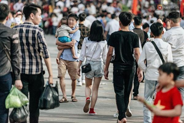 Bất chấp biển cấm, nhiều du khách vẫn mặc váy ngắn quần cộc đến lễ hội Đền Hùng-2