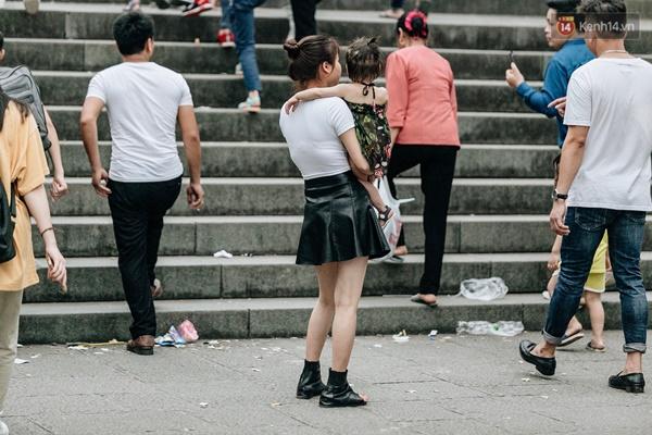 Bất chấp biển cấm, nhiều du khách vẫn mặc váy ngắn quần cộc đến lễ hội Đền Hùng-3