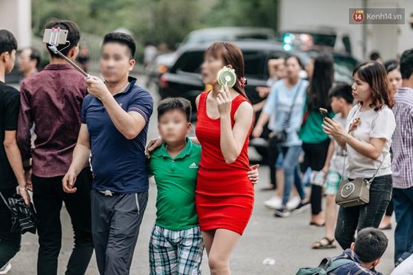 Bất chấp biển cấm, nhiều du khách vẫn mặc váy ngắn quần cộc đến lễ hội Đền Hùng-4