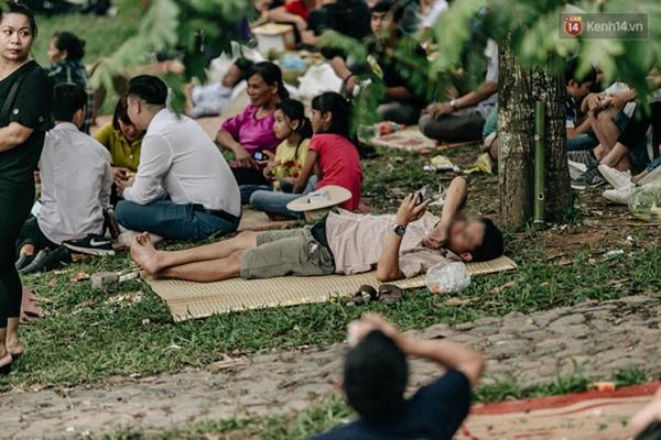 Bất chấp biển cấm, nhiều du khách vẫn mặc váy ngắn quần cộc đến lễ hội Đền Hùng-5
