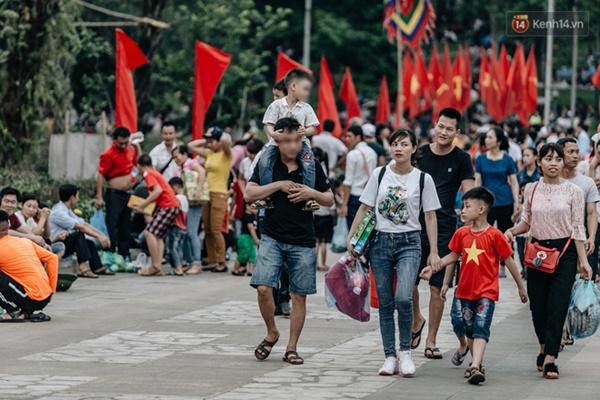 Bất chấp biển cấm, nhiều du khách vẫn mặc váy ngắn quần cộc đến lễ hội Đền Hùng-6