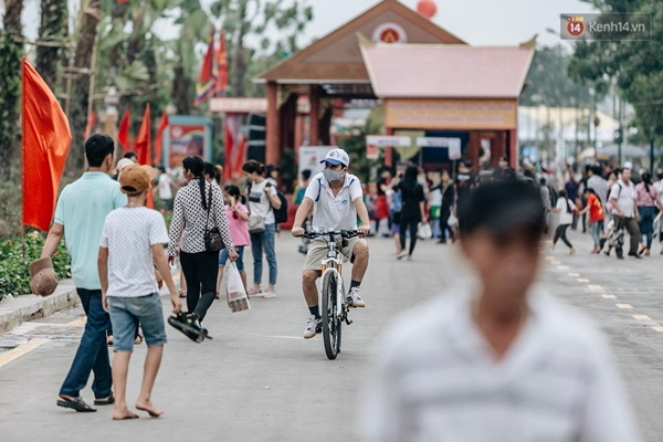 Bất chấp biển cấm, nhiều du khách vẫn mặc váy ngắn quần cộc đến lễ hội Đền Hùng-7