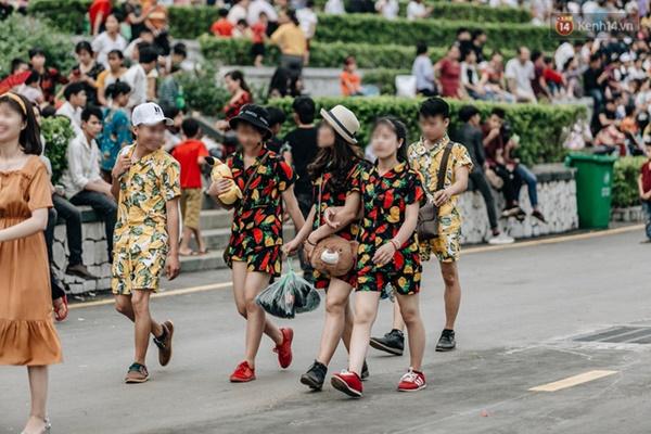Bất chấp biển cấm, nhiều du khách vẫn mặc váy ngắn quần cộc đến lễ hội Đền Hùng-8