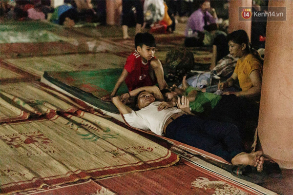 Chùm ảnh: Du khách thuê bạt 150k/đêm nằm ngủ la liệt ngoài trời, xung quanh những thùng rác thải chất đống tại đền Hùng-1
