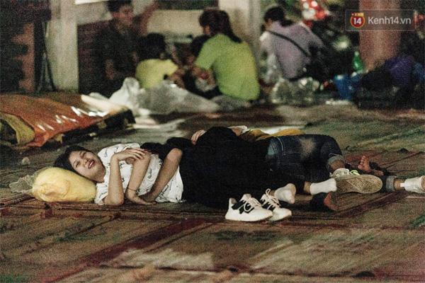 Chùm ảnh: Du khách thuê bạt 150k/đêm nằm ngủ la liệt ngoài trời, xung quanh những thùng rác thải chất đống tại đền Hùng-2