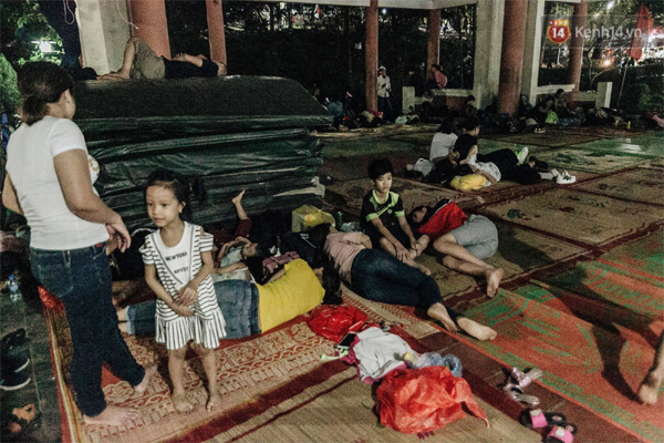 Chùm ảnh: Du khách thuê bạt 150k/đêm nằm ngủ la liệt ngoài trời, xung quanh những thùng rác thải chất đống tại đền Hùng-3