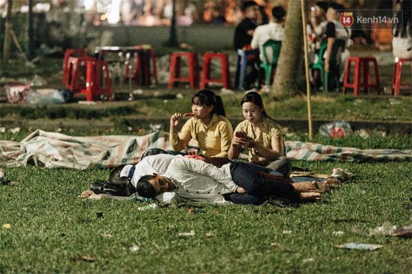 Chùm ảnh: Du khách thuê bạt 150k/đêm nằm ngủ la liệt ngoài trời, xung quanh những thùng rác thải chất đống tại đền Hùng-4