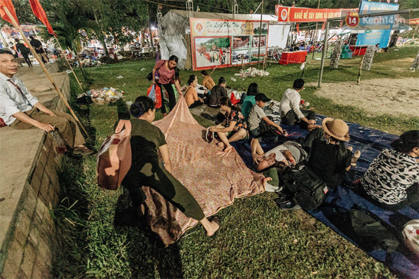 Chùm ảnh: Du khách thuê bạt 150k/đêm nằm ngủ la liệt ngoài trời, xung quanh những thùng rác thải chất đống tại đền Hùng-8