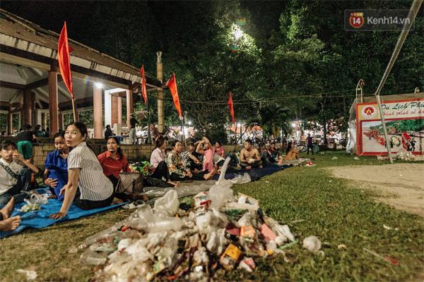 Chùm ảnh: Du khách thuê bạt 150k/đêm nằm ngủ la liệt ngoài trời, xung quanh những thùng rác thải chất đống tại đền Hùng-9